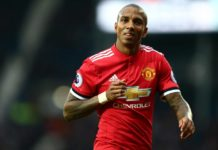 Manchester United telah memicu klausul di Ashley Young